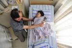 Chồng bật khóc khi vợ 'tí hon' quyết tâm mang thai đứa con đầu lòng