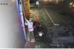 Clip: Thanh niên đi xe máy khều trộm camera an ninh và cái kết bất ngờ