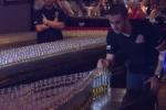 Hiệu ứng domino tuyệt đẹp từ gần 4.600 ly whiskey phá kỷ lục thế giới