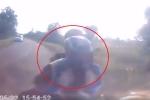 Clip: Xe máy lấn làn vượt ẩu tốc độ cao, gặp nạn thảm khốc