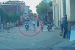 Trẻ nhỏ lao sang đường như tên bắn, đâm sầm vào bánh xe máy