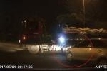 Ô tô đi ẩu suýt gây tai nạn vẫn tạt đầu gây sự với xe tải