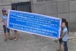 Nhiều công nhân mang băng rôn đòi nợ tới trước trụ sở công ty chồng ca sỹ Thu Minh