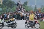 Dân kéo nhau đi xem bắt kẻ ôm lựu đạn cố thủ: Ngán ngẩm thói hiếu kỳ của người Việt