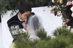 Song Joong Ki hôn Song Hye Kyo say đắm trong lễ cưới