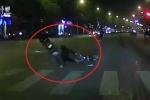 Clip: Xe máy vượt đèn đỏ phóng bạt mạng, tông văng phụ nữ sang đường