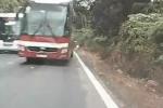 Clip: Xe con nối đuôi xe khách vượt kiểu 'giết người' trên đèo Bảo Lộc