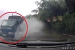 Clip: Xe tải đi kiểu vô văn hóa, hắt nước té tát vào người đi đường