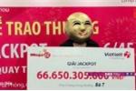 Video: Nữ khách hàng Quảng Ninh đeo mặt nạ đi lĩnh giải Jackpot 66,6 tỷ đồng