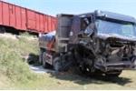 Băng qua đường ngang dân sinh, xe tải bị tàu hỏa húc văng xuống ruộng