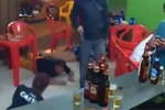 Video: Mải dùng điện thoại, người đàn ông không biết xung quanh vừa bị cướp