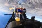 Clip: Phi công vừa nhào lộn, vừa rót nước giữa trời như làm ảo thuật