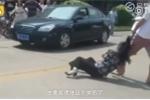 Phẫn nộ đám đông thản nhiên nhìn con trai đánh đập người tình của bố