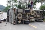 Va chạm với xe máy chở 3 cô gái đi ngược chiều, xe tải bị lật nghiêng tại Hà Giang