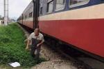 Băng xe máy qua đường ray, người đàn ông bị tàu hỏa tông văng 50m