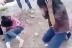 Hai nữ sinh bị nhóm bạn bắt quỳ gối, tát dép vào mặt