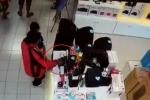 Clip: Ông bố vừa bế con, vừa trộm loa mini trong siêu thị