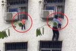 Clip: Người đàn ông cứu bé trai bị mắc đầu vào khung sắt, treo lơ lửng