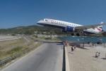 Video: Máy bay sượt qua đầu đám đông khi hạ cánh