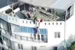 Video: Khống chế du khách nước ngoài khoả thân đòi nhảy từ tầng 4 xuống đất