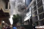 Hiện trường vụ cháy bảng điện tòa nhà ở Cầu Giấy - Hà Nội khiến giao thông ùn tắc