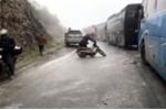Đường đèo Ô Quý Hồ đóng băng, người đi xe máy ngã dúi dụi