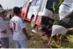 Xe buýt nổ lốp, cuốn 3 người đi xe máy vào gầm