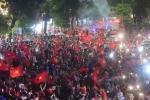 Video: Người Hà Nội tạo 'biển cờ' ở Hồ Gươm dù Olympic Việt Nam thua cuộc