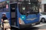Tài xế xe buýt ép xe máy, phun nước bọt vào người đi đường ở TP.HCM