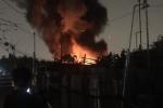 Cháy dữ dội tại xưởng tập kết đồng nát ở Hà Nội