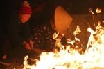 Hàng trăm người cầm hương nhao vào đống lửa 'lấy đỏ' giữa đêm