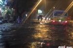 Hà Nội mưa như trút trong đêm, xe máy, ô tô ngập sâu giữa biển nước