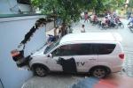 Tài xế đi giao hàng lái xe húc đổ ki-ốt ở Hà Nội