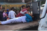 Lao xe với tốc độ cao từ trong hẻm, nam thanh niên tông thẳng một phụ nữ
