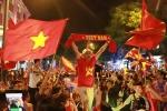 Biển người xuống phố ăn mừng tuyển Việt Nam hạ Philippines, tiến gần chung kết AFF Cup sau 10 năm