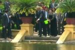 Clip: Ông Obama cho cá ăn ở khu nhà sàn Hồ Chủ tịch