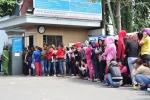 Công nhân bị nợ lương ở Đồng Nai xếp hàng dài chờ nhận tiền hỗ trợ Tết