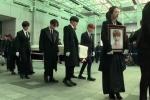 Clip: Gia đình, bạn bè nghẹn ngào tiễn biệt linh cữu Jonghyun
