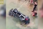 Ô tô đâm xuyên lan can cầu cao 20 m, lao xuống sông, 8 người chết thảm