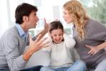 Phẫn nộ khi chồng thấy con khóc không dỗ còn quát vợ 'Có 2 đứa không chăm nổi'