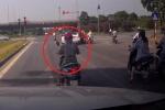 Clip: 'Ninja' Lead dừng đèn đỏ kết hợp tránh nắng, suýt bị ô tô đâm