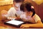 'Nghiện' smartphone, trẻ có nguy cơ bị giật mắt, méo miệng