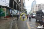 Thanh sắt 'từ trên trời rơi xuống' suýt trúng đầu người đi đường ở Hà Nội