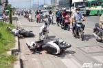 Ôtô 5 chỗ ủi văng hàng loạt xe máy trên xa lộ Hà Nội