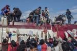 Video, ảnh: Dân Indonesia hỗn loạn, chống chọi với đói, khát sau thảm họa