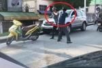Clip: Va chạm giao thông, 2 tài xế lao vào đấm nhau như võ sỹ boxing