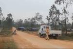 CSGT huyện này sang huyện khác lập chốt xử lý xe quá tải trước cửa mỏ đá