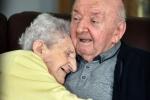Mẹ già 98 tuổi theo chân con trai 80 tuổi vào viện dưỡng lão để tiện chăm sóc