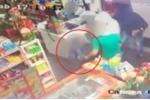 Clip: Bé trai 6 tuổi xông vào cứu bố khỏi tên cướp có súng