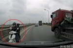 Clip: Nữ 'ninja' chở người già, trẻ nhỏ đi ngược chiều trên cầu rầm rập ô tô